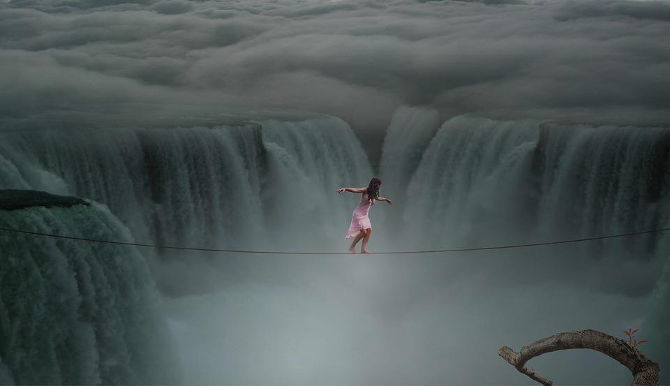 滝壺の上を綱渡り
