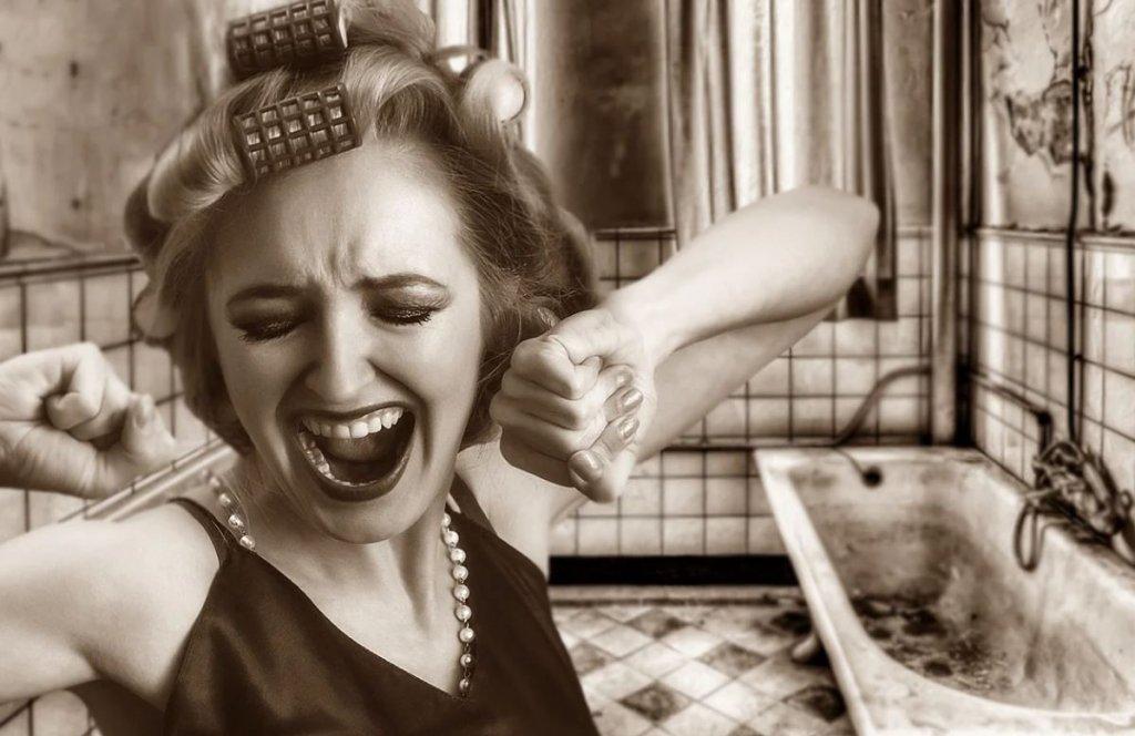 叫ぶ若い女性