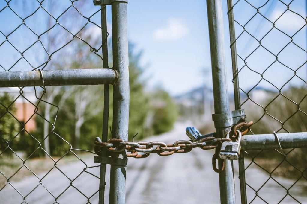 フェンスと鎖